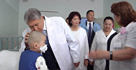 Атамбаев передал подарки онкобольным детям и сфотографировался с ними