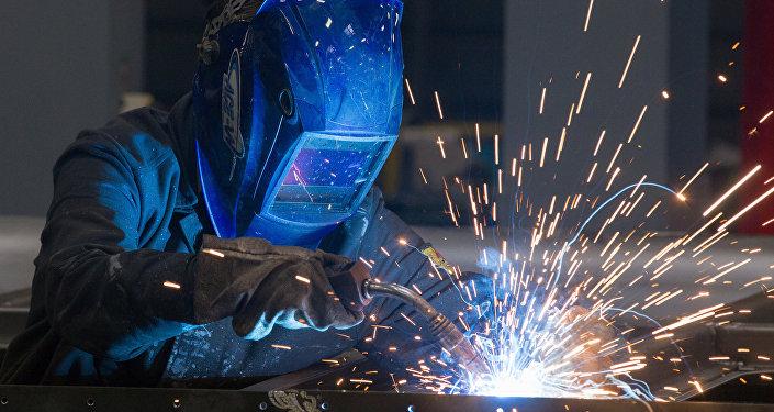 Сварщик во время работы в заводе. Архивнео фото
