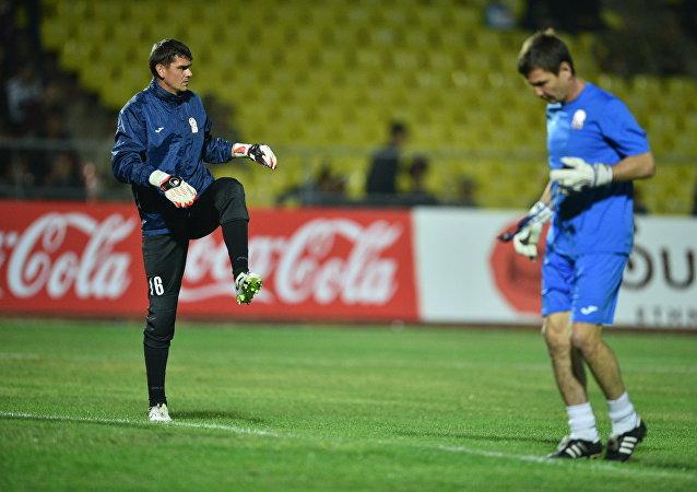 Футболисты сборной Кыргызстана разминаются перед матчем с Таджикистаном.