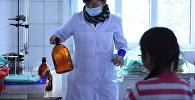Медицинская сестра осматривает больного