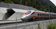 Поезд едет рядом с Готардским тоннелем в Швейцарии. Архивное фото