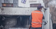 Сотрудник муниципального предприятия Тазалык во время уборки территории в столице. Архивное фото