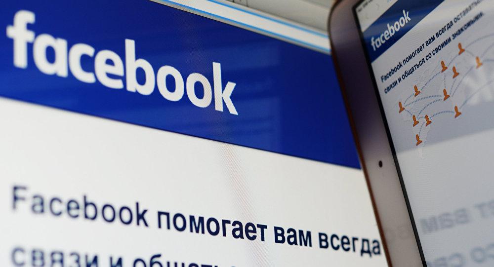Страница социальной сети Фейсбук на компьютере и смартфоне. Архивное фото