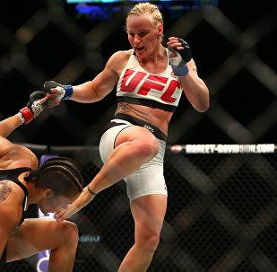 Тайбоксер из Кыргызстана Валентина Шевченко во время боя в рамках UFC 196 с представительницей Бразилии Амандой Нуньес в Лас-Вегасе. Архивное фото