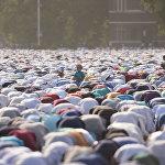 Бишкек шаарындагы Айт намаз. Эски аянтка 100 миңдей киши намазга чогулду. Бул майрам отуз күндүк орозодон кийин майрамдалат