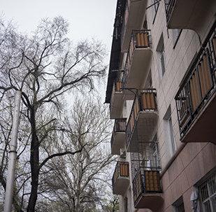 Жилой дом на одном из улиц Бишкека. Архивное фото