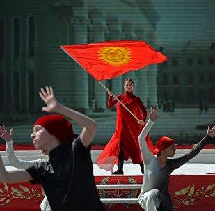 Флаг Кыргызской Республики в руках у девушки. Архивное фото