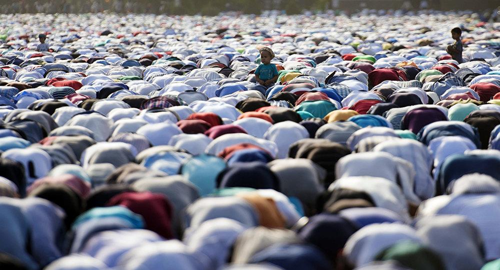 Айт намазындагы мусулмандар. Архив