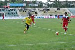 Футболисты во время товарищеского матча между сборной Кыргызстана и ошским клубом Алай.
