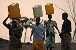 Конгодо таза суу ташып бараткан аялдар. Архив