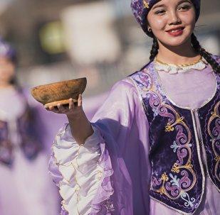 Девушка на праздновании Нооруза на площади Ала-Тоо