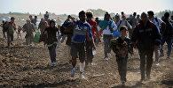 Бегущие сирийские мигранты.  Архивное фото