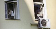 Школьники моют окна. Архивное фото