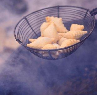 Боорсок — это жареные во фритюре кусочки дрожжевого теста обычно в форме ромбика. Архивное фото