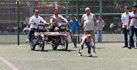 Мотоциклы на хвосте: сирийская девочка протащила привязанные к волосам байки