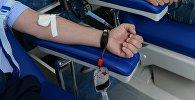 Добровольцы во время сдачи донорской крови. Архивное фото