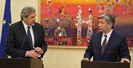 Министр иностранных дел КР Эрлан Абдылдаев с генеральным секретарем Европейской службы внешней деятельности Ален Ле Руа.