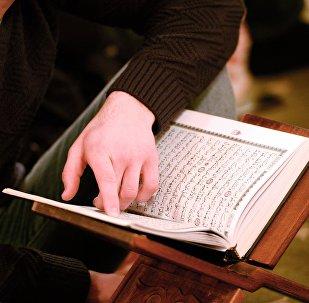Мечитте китеп окуган мусулман. Архивдик сүрөт