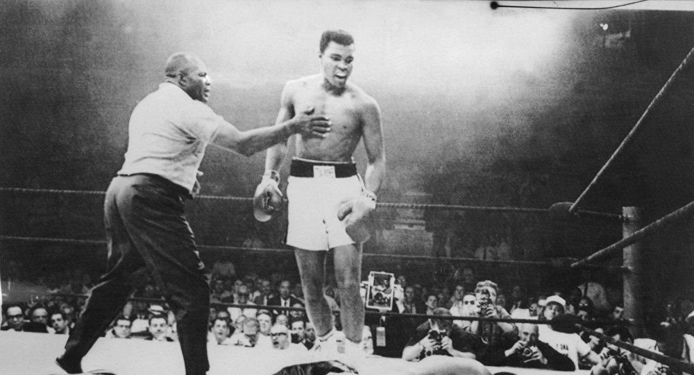 Американский боксер Мухаммед Али (Кассиус Клей) после победы над соотечественником Листон в чемпионате мира по боксу в тяжелом весе в Льюистоне. 26 мая 1965