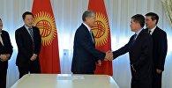 Президент Кыргызстана Алмазбек Атамбаев встретился с губернатором Кызыл-Суу Кыргызской автономной области КНР Пархатом Турду.