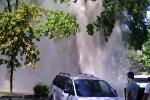 В Бишкеке прорвало трубу теплосети, из-под земли бил фонтан воды