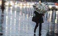 Женщина с зонтом во время дождя. Архивное фото