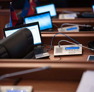 Компьютер жана микрофон менен жайгашкан жумуш ооруну. Архив