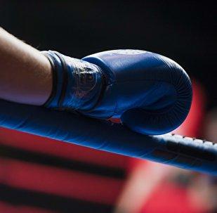 Боксер на ринге во время перерыва между раундами. Архивное фото