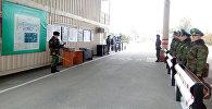 Пограничники на контрольно-пропускном пункте (КПП) Достук-автодорожный. Архивное фото