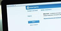 Логотип и начальная страница социальной сети Вконтакте на экране компьютера. Архивное фото