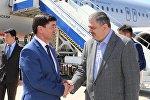 КРдин биринчи вице-премьери Мухамметкалый Абулгазиев Армениянын вице-премьер министри Ваче Габриелянды тосуп алуу учурунда