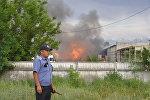 Сотрудник пожарной службы на месте горящего бензовоза на улице Фучика — по дороге в аэропорт Манас.