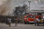 Пожарная служба на месте горящего бензовоза на улице Фучика — по дороге в аэропорт Манас.