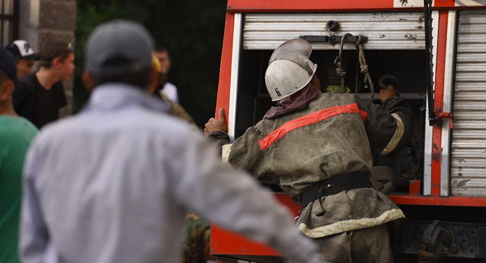 Сотрудник пожарной службы на месте происшествия. Архивное фото