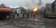 Сотрудники МЧС на месте возгорания газовоза на улице Фучика — по дороге в аэропорт Манас. Архивное фото