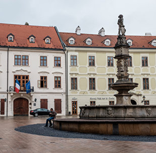 Фонтан Роланда на Главной площади в Братиславе. Архивное фото