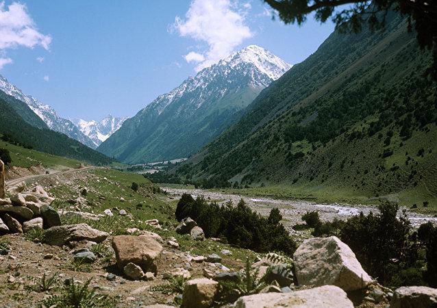 Долина реки Але-Арча. Острог Большого хребта. Архивное фото