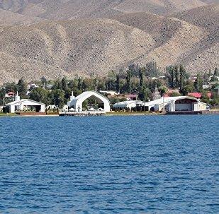Вид на культурный центр Рух Ордо на берегу Иссык-Куля. Архивное фото