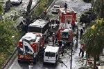 Пожарные и спасатели на месте взрыва неподалеку от автобусной остановки в Стамбуле