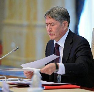 Президент Кыргызской Республики Алмазбек Атамбаев во время подписания документов. Архивное фото