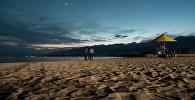 Пляж санатории Кыргызское взморье на берегу Иссык-Куля ночью. Архивное фото