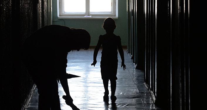 Женщина и ребенок в коридоре дома. Архивное фото