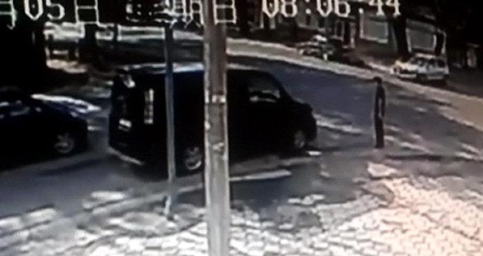 Пользователь прислал видео ДТП с вылетевшим мотором, попавшим в пешехода