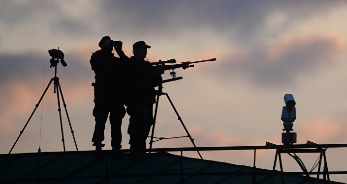 Снайпер на крыше. Архивное фото