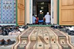Мечитте намазга келген мусулмандар. Архив