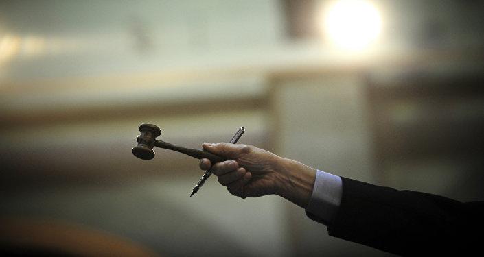 Человек с молотком во время аукциона. Архивное фото