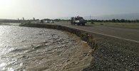 Берег реки Чу, смывший часть дороги в Кемине