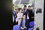 Снимок с социальной сети Facebook, на фото  запечатлен чиновник, над которым предположительно помощник держит зонт