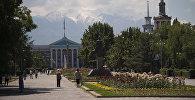 Люди на аллее Молодежи во время солнечной погоды в городе Бишкек. Архивное фото