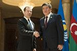 Россиянын премьер-министри Дмитрий Медведевдин жана КР өкмөт башчысы Сооронбай Жээнбековдун архивдик сүрөтү